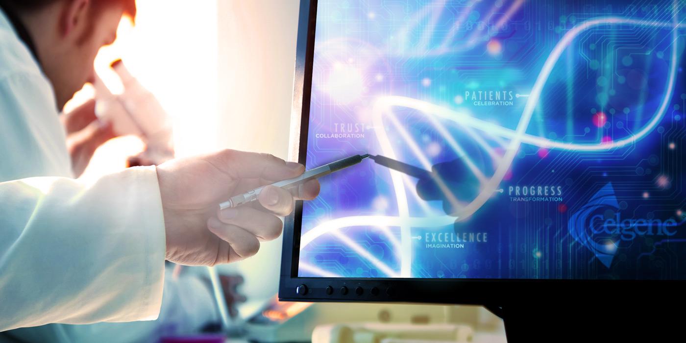 wetenschapper wijzende pen op computerscherm